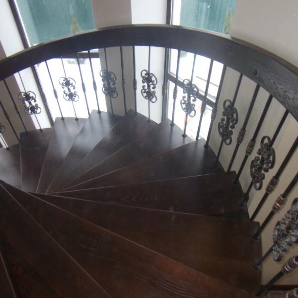 Элитная винтовая лестница с кованым ограждением