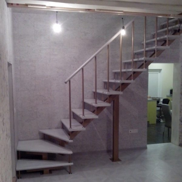 Лестница «СОЛО» с поворотом на 90 градусов