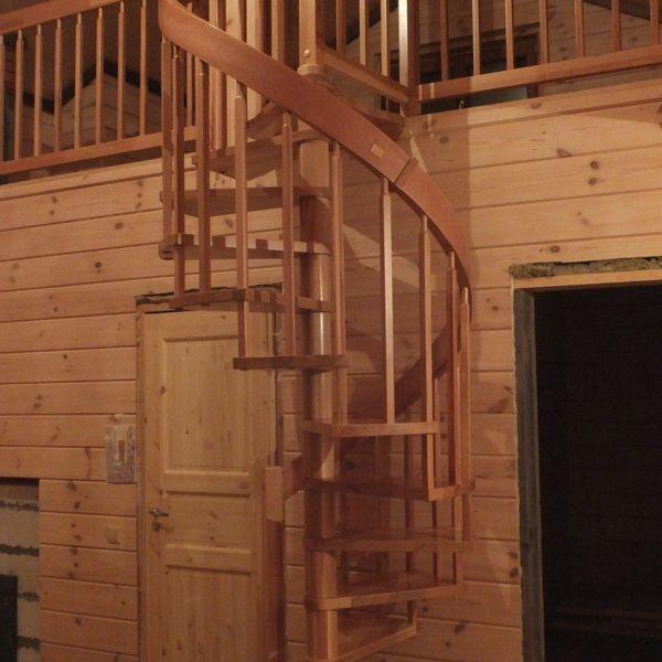 Деревянная винтовая лестница с винтовым поручнем