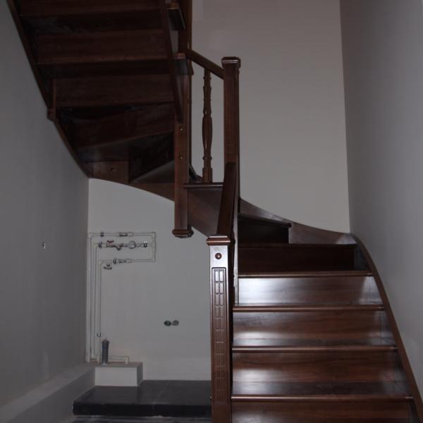 Деревянная лестница из бука. Поворот 180 градусов