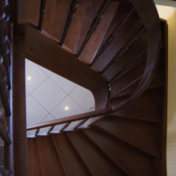 Деревянная лестница «PREMIUM» с гнутой тетивой
