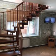 Лестница на металлокаркасе с двумя поворотами
